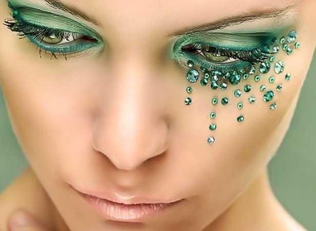 Op zoek naar een feestelijke uitstraling, dan mag glitter make-up niet ontbreken. Glitter make-up is geschikt voor allerlei gelegenheden. Denk niet alleen aan een disco-look, maar ook aan een chique look voor formele feestelijkheden.   http://bodypaint.extreme-beautylife.nl/