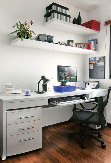 Vasos de porcelana da Camicado, caixa roxa da Tok & Stok, cadeira do Extra, caixas organizadoras e luminária da Kalunga.