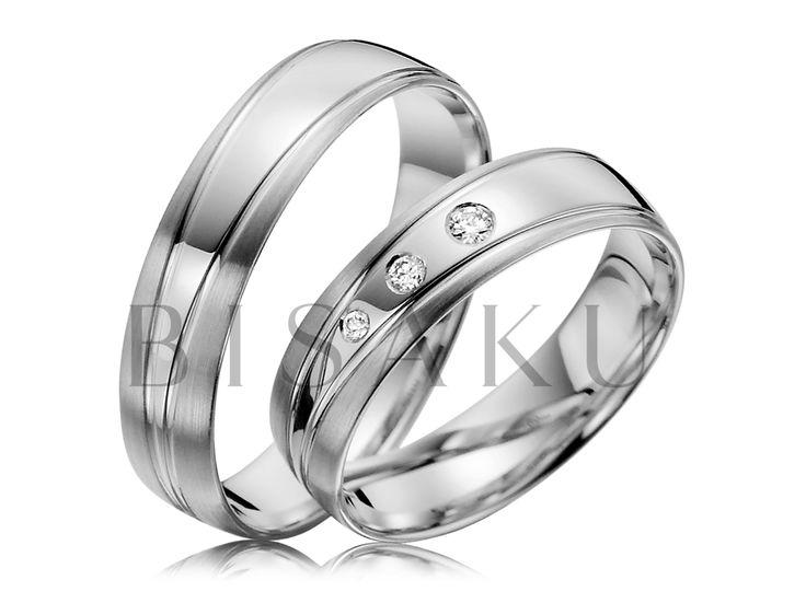 R136 Líbí se vám asymetrie? Pokud ano, tyto snubní prsteny z palladia si jistě zamilujete. Jejich krása spočívá nejen v precizním zpracování, ale především v designu. Oba prsteny sjednocuje dvojitá linka, která se postupně rozšiřuje. Do dámského prstenu jsme zasadili tři různě veliké kameny. #bisaku #wedding #rings #engagement #svatba #snubni #prsteny #palladium