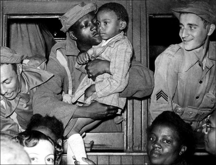 Brasil na Segunda Guerra Mundial  Um soldado da Força Expedicionária Brasileira (FEB) dá um beijo de adeus no seu filho em uma estação de trem, na partida para a Europa, onde lutaria na Campanha da Itália. O Brasil se juntou aos Aliados ao declarar guerra às nações do Eixo em 1942. Foi a única nação sul-americana soberana a enviar tropas para lutar no continente europeu. Rio de Janeiro, Brasil, agosto de 1944.