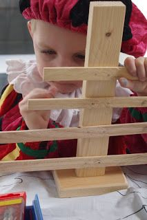 De kinderen sorteren de latjes van groot naar klein en timmeren het vast. De boompjes worden natuurlijk ook geverft en versierd.Elk jaar is het weer een succesnummer.