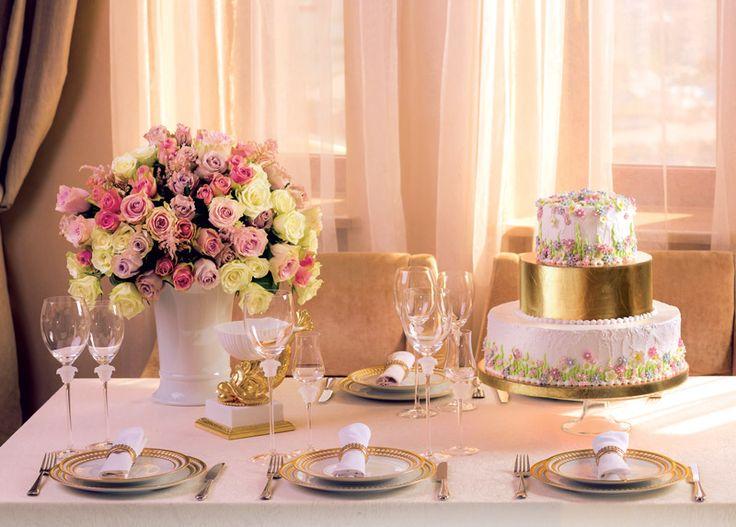 Золотая фольга добавляет мягкого сияния свадебному торту.