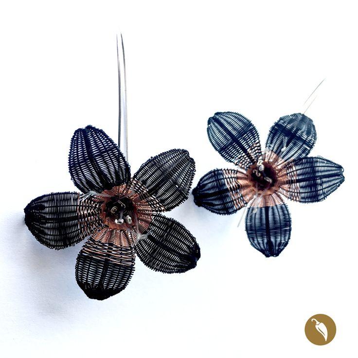 Añañuca es el nombre de la flor construida en crin que se destaca en estos hermosos aros. La flor tejida en crin e hilos de cobre se sostiene sobre una media bola de plata y que de ella sale un gancho de plata. Dos de sus pistilos son de plata, lo cual otorga más brillo a la flor. Monocoes la precursora de la incorporación de la artesanía en crin en la joyería contemporánea. La diseñadora rescata este patrimonio inmaterial y lo incorpora en la joyería, fusionando el diseño y la artesanía…
