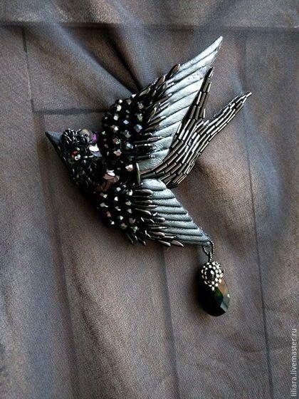 Купить или заказать Ласточка БРОШЬ в интернет-магазине на Ярмарке Мастеров. Маленькая ласточка с чёрными переливчатыми крылышками . Брошь создана из натурального шелка , фетра , кожи , бисера и бусин . Все стежки на крыльях и вышивка сделаны так же вручную. Птичка может стать отличным украшением на одежде , на шарфе , на украшениях, ободках для волос. Все элементы на теле птицы закреплены прочными армированными нитями. Крылья из фетра и кожи вышиты бусинами и бисером.