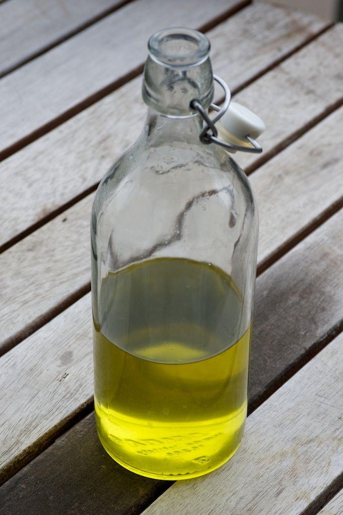 Bouteille de sirop de menthe•environ 30 grammes de feuilles fraiches •30cl d'eau •300g de sucre
