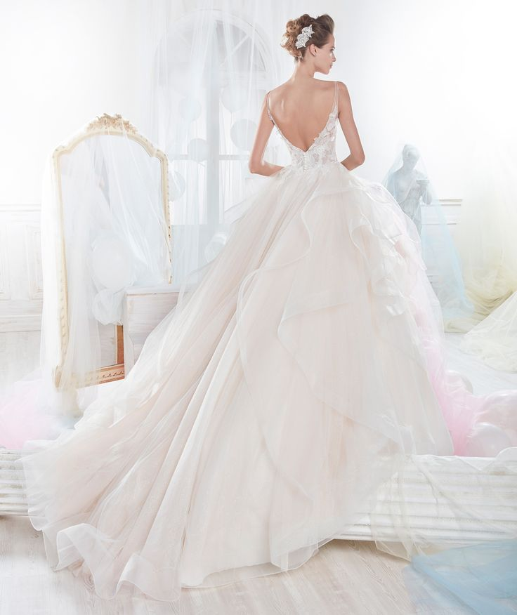 A stately princess gown in tulle and glitter tulle together with the particular floral bodice.