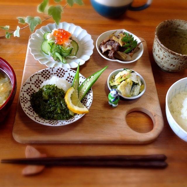 和食の朝ごはんは、な〜んかホッとするお味です♪^ ^  *メカブのたたき 大根おろしとオクラ添え *かに身ときゅうりの酢の物 *牛肉とゴボウのきんぴら *五色漬け *白ごはん *わかめと薄揚げの味噌汁 *お煎茶 - 22件のもぐもぐ - 身体に優しい和食de朝ごはん by Takayumi