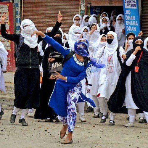 कश्मीर में बिगड़े हालत ठीक होने का नाम ही नही ले रहे है| 9 अप्रैल को भड़की हिंसा के बाद कश्मीर के हालात नाजुक बने हुए है | वहीं पी.डी.पी. के पुलवामा के जिला अध्यक्ष अब्दुल गनी डार को आतंकियों