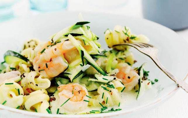 Skøn pastaret med rejer og courgetter - brug en fuldkornsdurum-pasta og servér med friskklippet purløg på toppen.