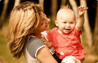 Les nouvelles mamans ont souvent la mauvaise habitude de prendre et de tenir leur bébé toujours du même côté, favorisant ainsi une accumulation de tension dans le muscle petit pectoral.