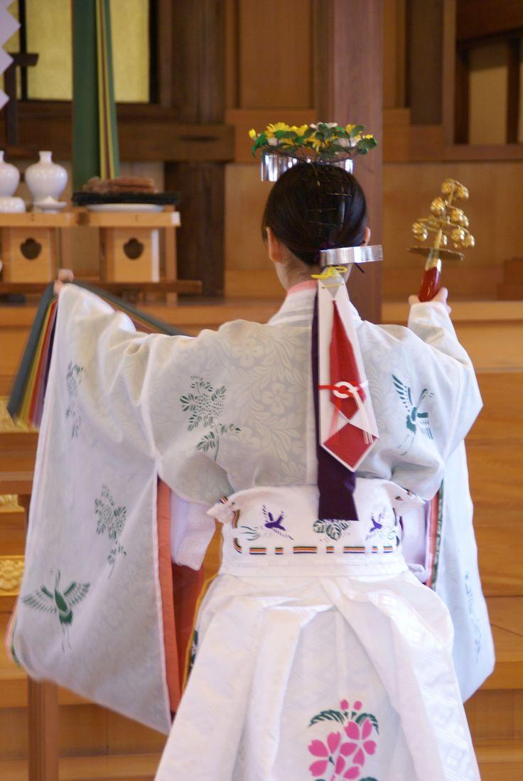 A miko dancing in full junihitoe.