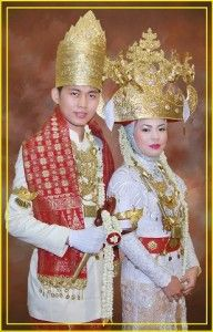 Muslim Lampung wedding, Indonesia usually dominated by white motif punctuated by red and yellow white gold so impressed but still look elegant, Lampung, Indonesia