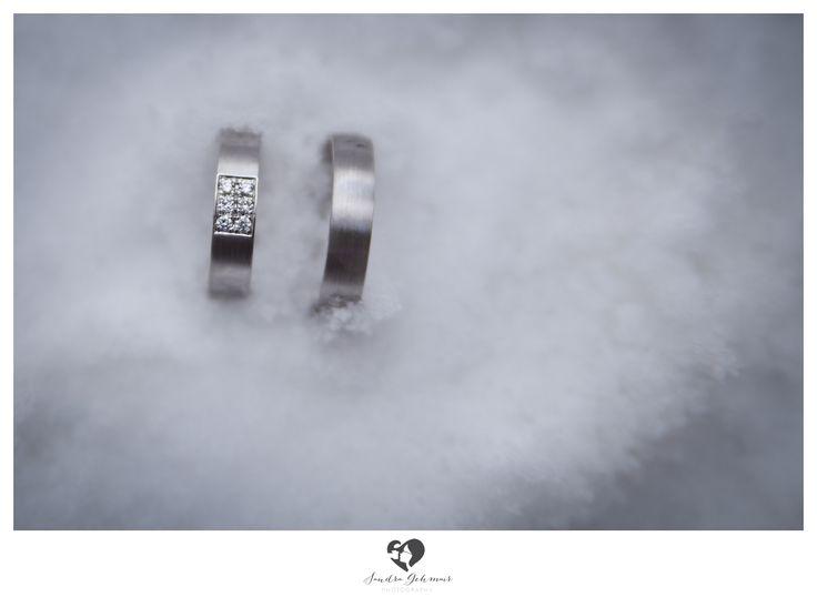 #ring #weddingring #wedding #hochzeit #groom #bride #braut #braeutigam #geschenk #present love #forever #fuerimmer #engagement #engagementring #verlobung #verlobungshooting #silver #gold #weddinghour #snow #cold