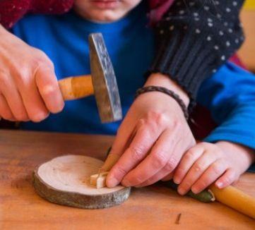 Wasknijper als hulp bij het hameren van een spijker Vrijeschool Utrecht
