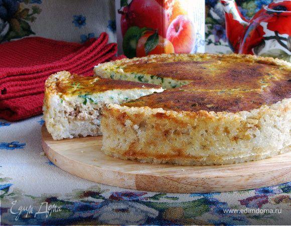 Сырный пирог из лосося. Ингредиенты: рис, лук репчатый, молоко