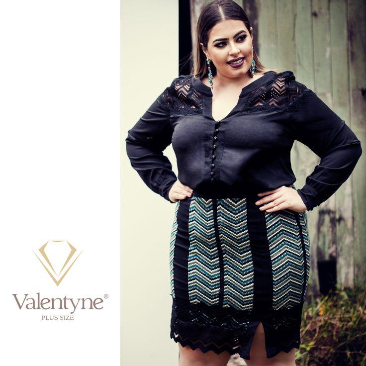 A camisa de renda traz o equilíbrio entre o romântico e o ousado. Já a saia midi, que está no auge, tem uma fenda que alonga a silhueta e afina as pernas. É uma produção sofisticada com misturas de tecidos e rendas. #valentyneplussize #valentyne #plussize #valentyne2017 #suamelhorversão #camisavalentyne #saiavalentyne