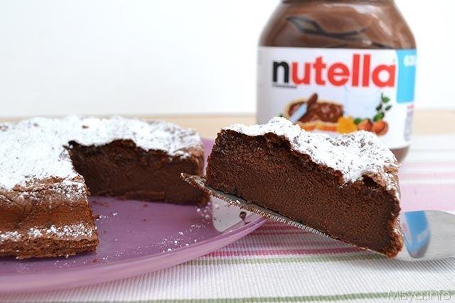 La Torta magica alla nutella impazza da anni sul web, vista sul blog di arabafelice, annotata e poi dimenticata per anni, sciagurata! Per fortuna mi è ritornata alla mente, con solo due ingredienti, s