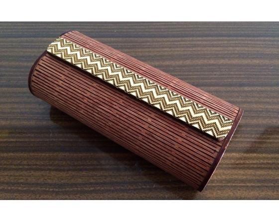 estuche de  madera para gafas de madera doblada con enrejado funcional y decorativo de corte láser. Decorado de diseño tejido caña flecha cultura zenu.