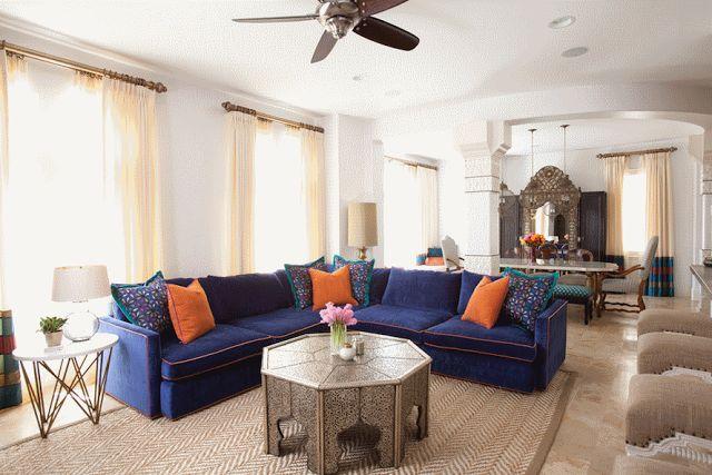 Резная мебель, отделанная латунью, комоды, журнальные столики и тумбочки часто контрастируют с мягкими диванами, кожаными пуфами и подушками в одной комнате.