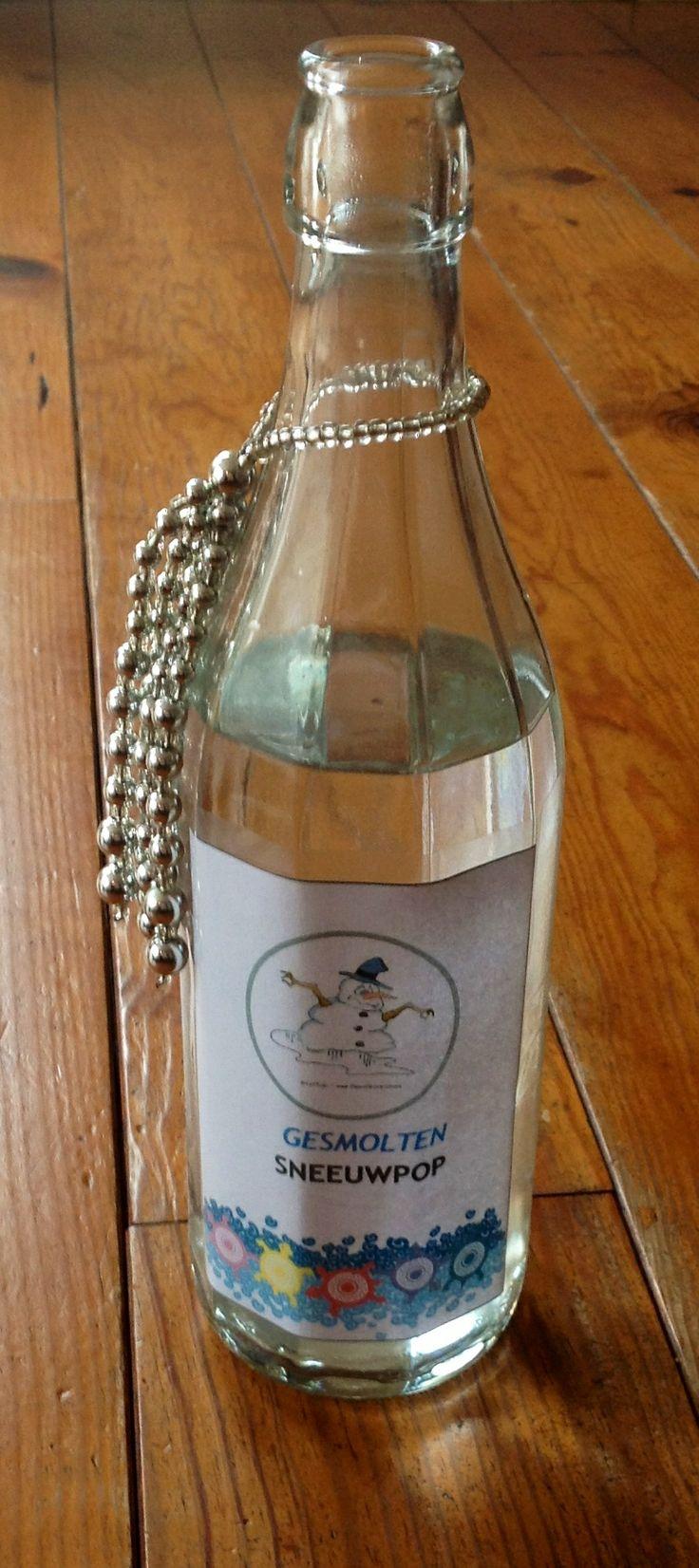 Een leuk grapje voor een flesje water op de kersttafel. Gesmolten sneeuwpop. Geen website, enkel de foto ter inspiratie. Etiket gemaakt via website van partykids.