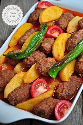 İzmir Köfte Nasıl Yapılır? Ev halkının çok sevdiği ve çok sık yaptığım yemeklerden biri sulu fırında İzmir köfte yemeği.Yanında pilav ve cacıkla,müthiş bir üçlü oluyor ki,aslında pilava bile gerek yok .Zaten içinde patates olduğu için, yeterince doyurucu bir yemek.Uzun zaman önce paylaşmıştım aslında bu yemeğin tarifini ama şekli ve adı farklıydı.Buraya tıklayarak göz atabilirsiniz.Read More