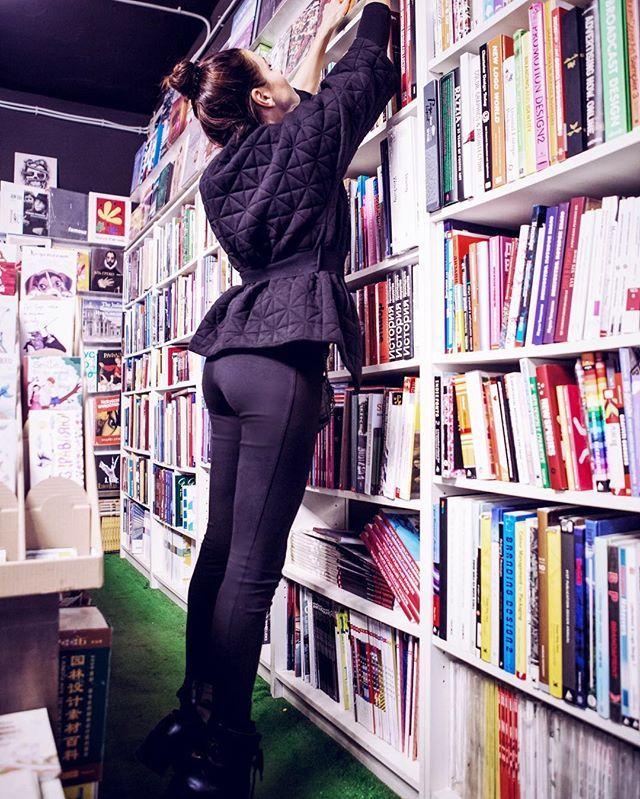 """#bookstagram 📕📗📙📘 По многочисленным просьбам сдаю список литературы для йогнутых&Co! """"Автобиография йога"""", """"Бегущая с волками"""", """"Искусство трансцендентального секса"""", """"Китайское исследование, """"Магический переход"""", """"Транссерфинг реальности"""", """"Тактично о сокровенном или камасутра без ГМО"""", """"Твое тело говорит: """"Люби себя!"""", """"Мамам и папам детей с небес"""" 💫💫💫 Авторов знает в лицо Гугль 🤓 Если есть что добавить - велкам в комменты! 📚 #естьпочитатьче #какпройтивбиблиотеку"""