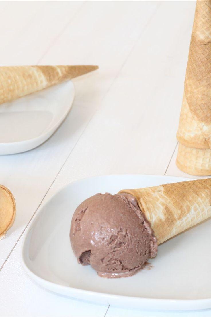 Il gelato al cioccolato fatto in casa è un gelato goloso e squisito amato da grandi e piccini.  Il gelato al cioccolato è facile da realizzare anche in casa e potete prepararne una bella quantità in pochissimo tempo con risultati davvero sorprendenti.