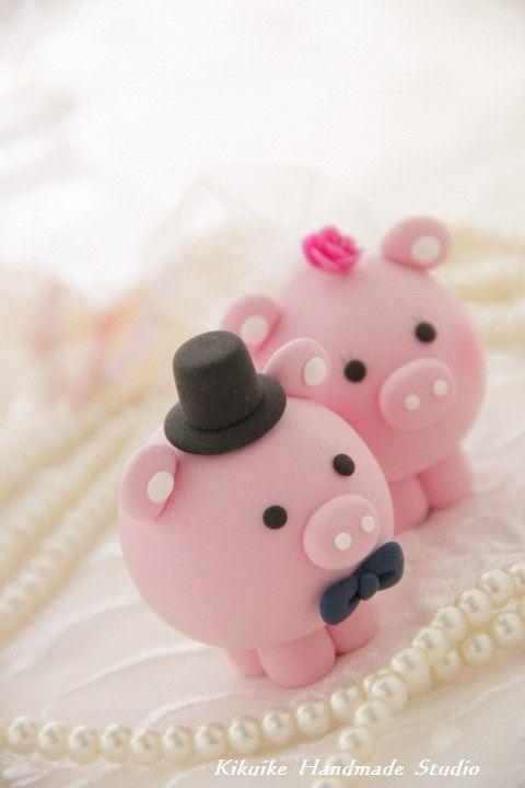 Cute piggy wedding cake toppers // Tiernos cerditos para queque de bodas