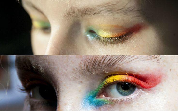 """Io facevo questo trucco con gli ombretti loose powder (mi pare fossero deborah) ma era il 1985/89...e mi consideravano un filo """"tanto originale"""" ;-) Smokey eye arcobaleno 2016, come da Manish Arora - Glamour.it"""