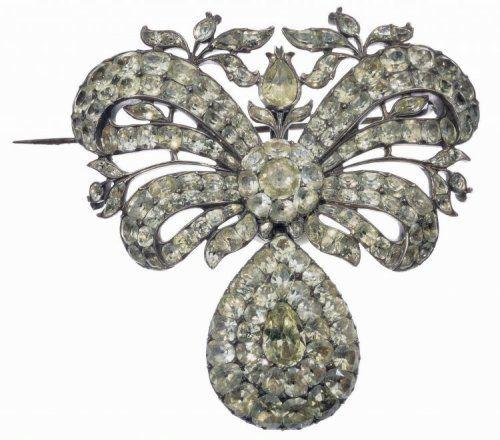 Le XVIIIe siècle voit le triomphe de la joaillerie. Le diamant provient des mines de Golconde en Inde jusqu'à ce que l'on découvre vers 1726-1729 les mines d'Amérique du Sud. Matériau rare, il avait été réservé pendant des siècles aux rois, aux princes et aux trésors de l'Église. Cependant, avec la prospérité qui s'installe en Europe au Siècle des Lumières, la vogue des bijoux se répand au-delà du cercle restreint des nobles et des richissimes dignitaires
