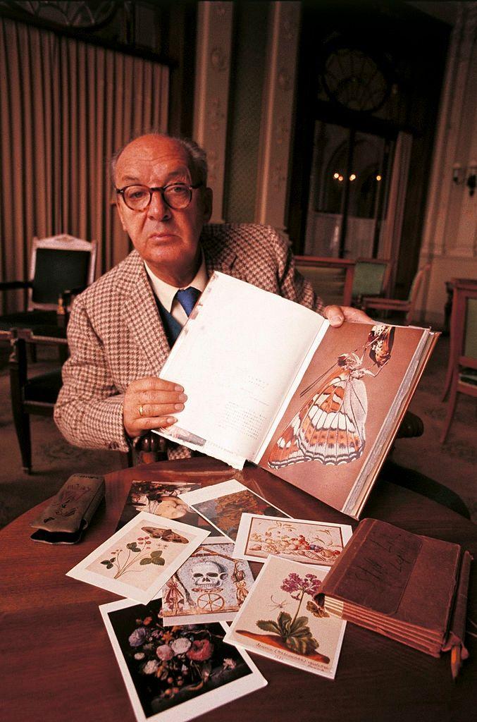 Vladimir Nabokov shows his drawings of butterflies, Montreux, October 1969 (photo Giuseppe Pino )  #поэзия #poetry   Владимир Набоков не пытался вернут...
