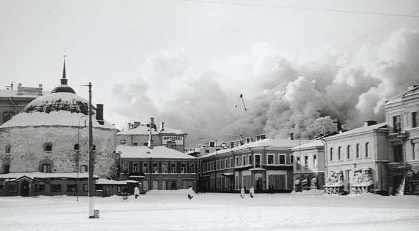 Viipurin vanha kaupunginosa palaa Pyöreän tornin takana 8. maaliskuuta 1940.