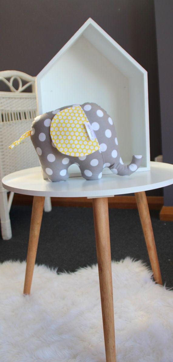 Softie éléphant. Dot gris et blanc. Point jaune et blanc. Cadeau de douche de bébé unisexe.Hochet doux. cadeau de bébé garçon ou fille. décor de pépinière de bébé.
