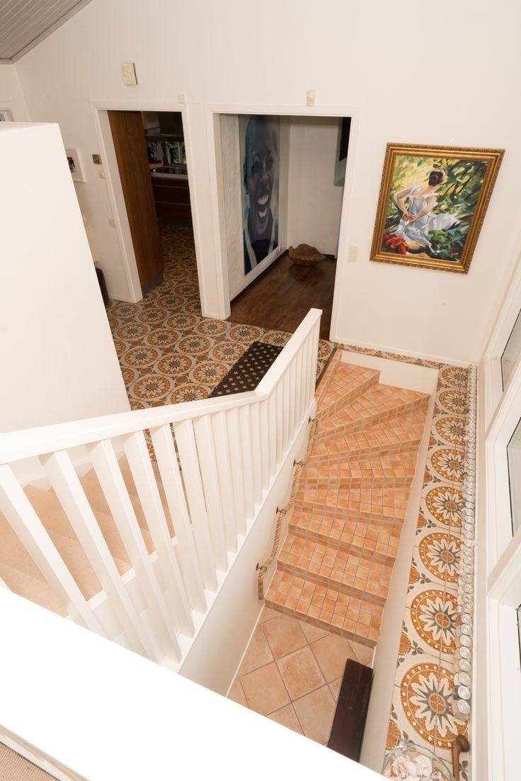 villan har tre etager - notera hur fint man bundit ihop klinkergolvet i trappan