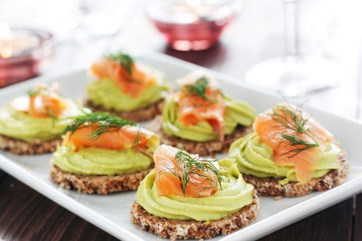 Le tartine con salmone e crema di avocado sono un antipasto sfizioso, gustoso e molto originale da servire. Ecco la ricetta ed alcuni consigli
