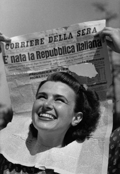 """Referendum 1946 - Milano - Ritratto femminile - giovane - giornale """"Corriere della sera""""- titolo """"E' nata la Repubblica Italiana"""":"""