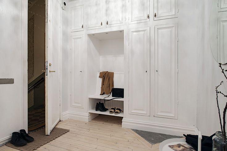 I hallen finns platsbyggda garderober