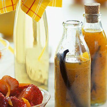 Orangensirup mit Vanille Zutaten      3-5 Vanilleschoten     1 kg unbehandelte Orangen     100 ml Zitronensaft     1 TL Lavendelblüten (nach Geschmack)     600 g Einmachzucker     100 ml Orangenlikör (nach Geschmack)