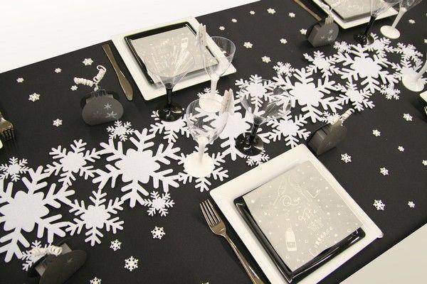 L'alliance du chemin de table et des confettis de table forme un manteau neigeux qui rend cette décoration de table absolument féérique !