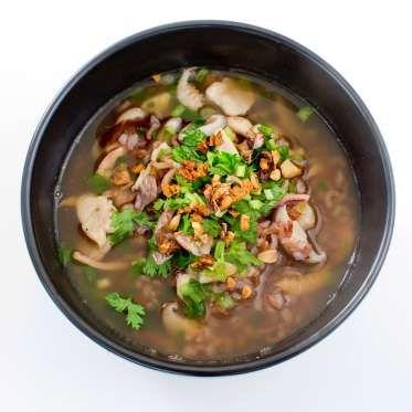 TAILANDIA: En Tailandia, el desayuno no es muy diferente de la cena, ya que incluye arroz congee mezclado con carne o papilla de arroz con carne de cerdo, camarones secos, calamares secos y shiitake. Peerajit/Getty Images.