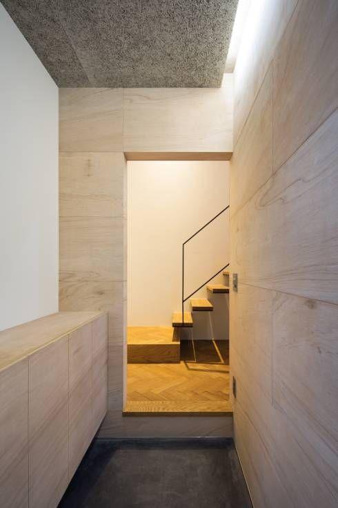 玄関: 川添純一郎建築設計事務所が手掛けたミニマルです。