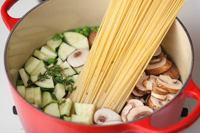 パスタを茹でつつ、他のお鍋でソース作りはちょっと面倒……と思う事はありませんか?そんな方に、鍋1つだけでできる、ズッキーニとマッシュルームを使ったワンポットパスタのレシピをご紹介します♪