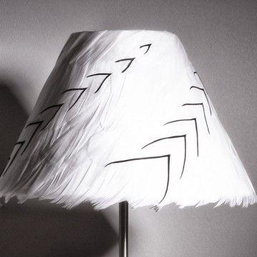 Migration  Abat-jour de forme conique recouvert de plumes d'oie  Dimensions: Ø bas :25cm H : 13,5cm Pour douille E27  Matières: métal epoxy blanc, polyphane et plumes naturelles d'oie  Couleurs (2 modèles): - plumes d'oie blanches et chevrons de plumes d'oie noires - plumes d'oie noires et chevrons de plumes d'oie blanches