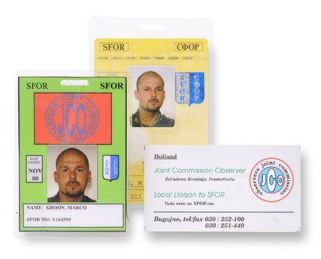 Twee ID-cards , SFOR (geel) en SFOR / JCO (groen), en een algemeen visitekaartje voor Joint Commision Observers, gesteld in het Engels en Bosnisch.