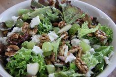 Snel en makkelijk recept voor een salade met geitenkaas, peer, druiven, spekjes en walnoten.