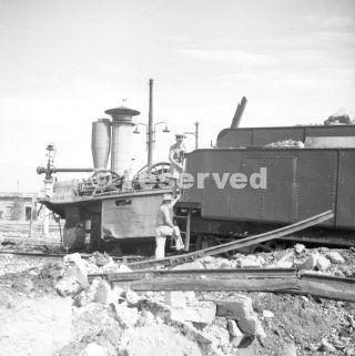 Set 1943 membri RAAF vicino foggia esamina dei risultati del bombardamenti alleati_foggia bombardamento