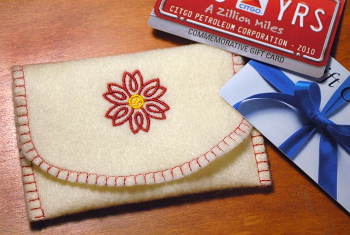 Download this FREE gift card holder pattern + follow along with the step-by-step tutorial for a quick personalized gift you can stitch up in 30 minutes or less.