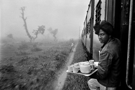 Tea Vender, Delhi-Mumbai Train - Raghu Rai, 1982