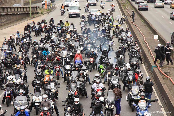 Près de 300 motards ont manifesté à Paris, le 1er juillet, date à laquelle la vignette Crit'Air devient obligatoire, et les plaques d'immatriculation moto doivent avoir un format standard.