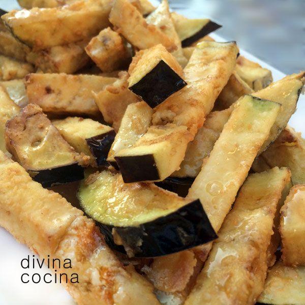 Para que estas berenjenas fritas con miel te queden crujientes es importante que suden media hora al menos en el colador espolvoreadas con sal.